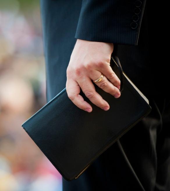 hombre-con-biblia-2